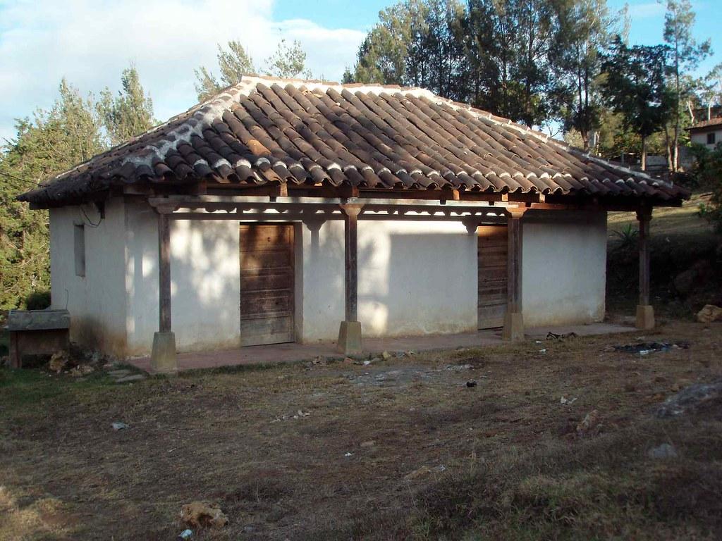 Casa con tejas home with tile roof uspant n quich gu for Casas con techo de teja
