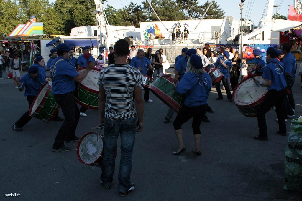 Les joueurs de tambour sont tous en cercle