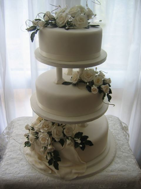 2 tier wedding cake with pillars wedding cake 33 three tier cake on pillars decorated 10185