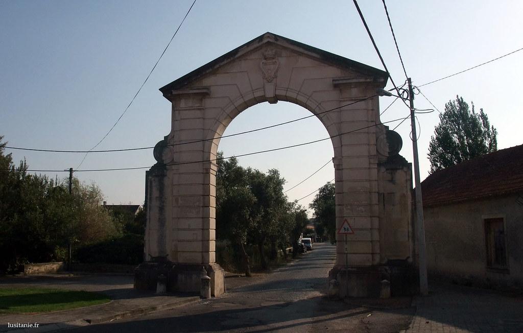 Derrière cet arc de pierre, la route des oliviers, qui mène au musée, ancienne usine de Vista Alegre
