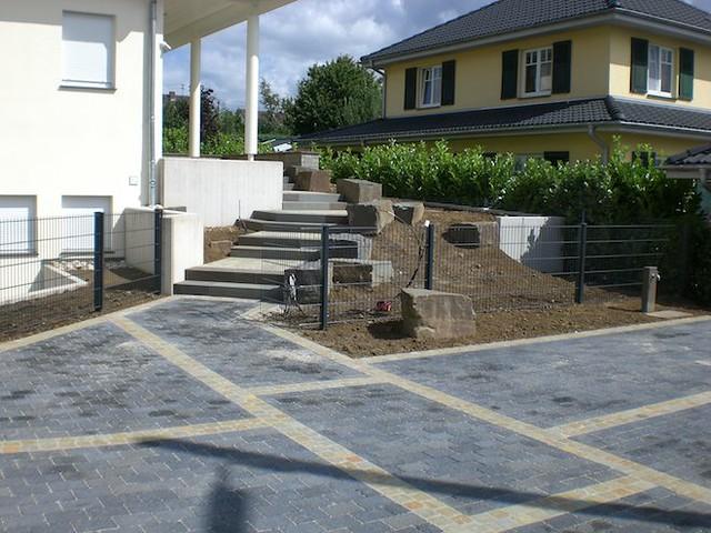 blick von der einfahrt zum hauseingang treppe aus grauwac. Black Bedroom Furniture Sets. Home Design Ideas