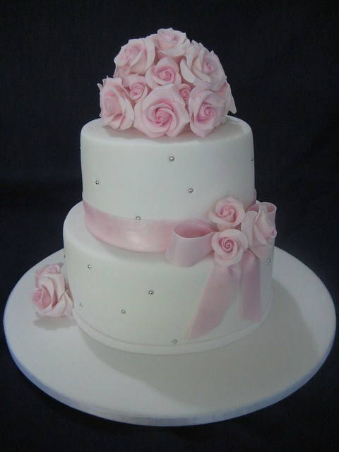 White Wedding Cake & Pink Roses | White wedding cake with pi… | Flickr