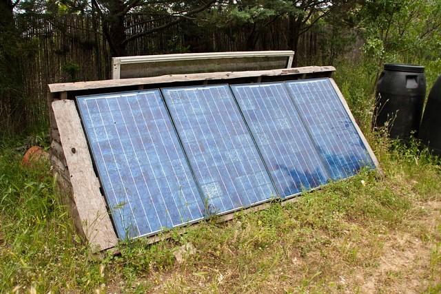 La maison autonome au bord du lac 15 les panneaux solaires flickr - Maison autonome energetiquement ...