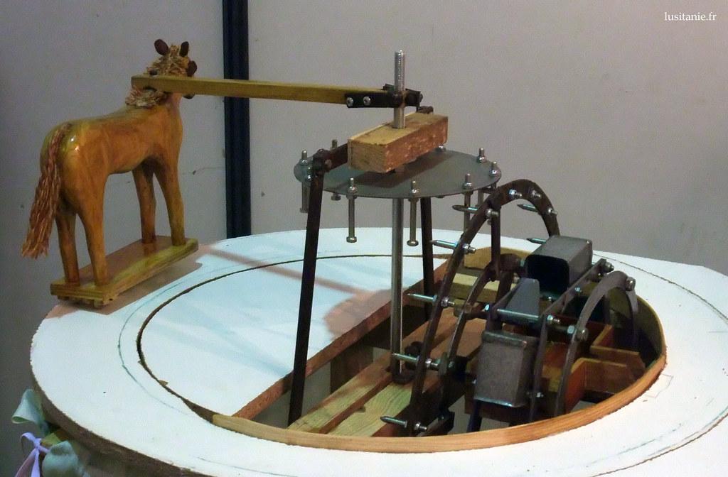 Le système fonctionne vraiment, le cheval tourne pour extraire de leau.