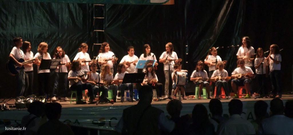 Les enfants du village, se produisant sur scène, avec des chansons.