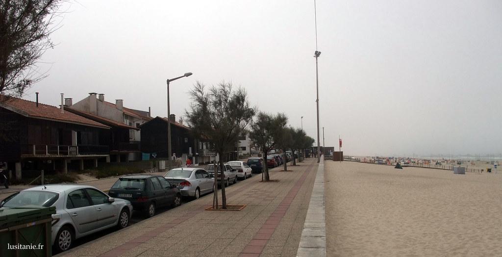 Les maisons de pêcheur, faisant face à la plage et à la mer