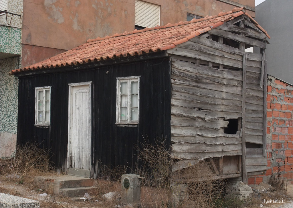 Ancien palheiro, avec ses murs en bois et son toit en tuile rouge