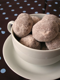Cocoa-chocolate chip pillows / Nuvenzinhas de cacau com gotas de chocolate | by Patricia Scarpin