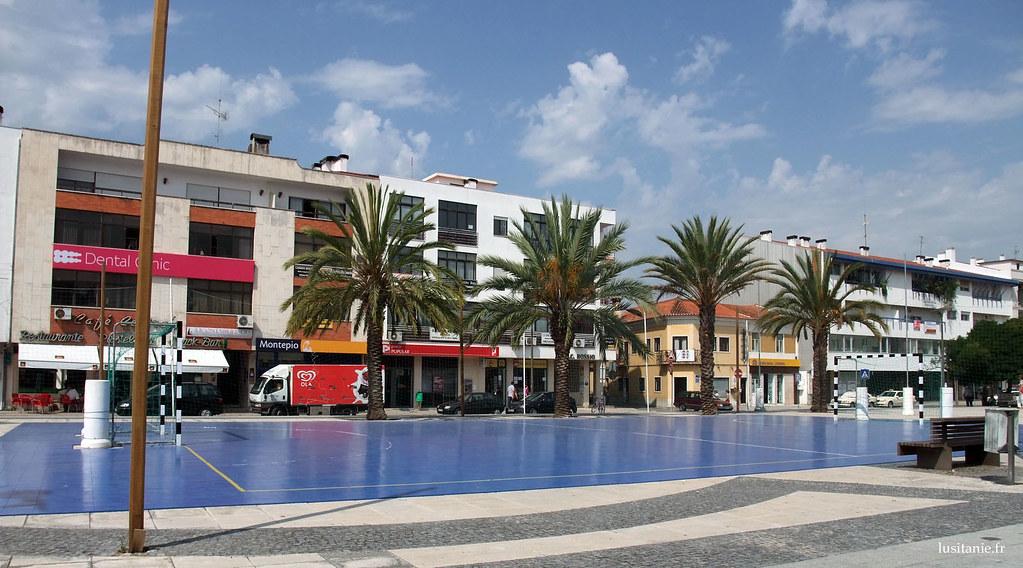 Place avec un terrain de sport et des palmiers