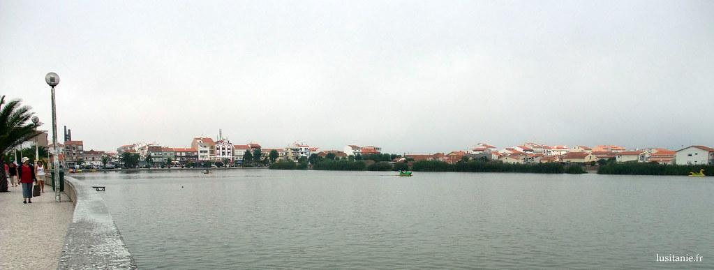Le lac Barrinha, avec au fond le village de la plage de Mira
