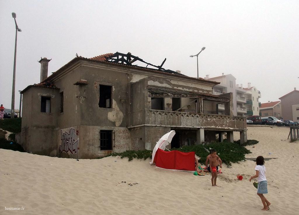 Cette maison en ruine était splendide, mais avait été construite sur le sable, ce qui est aujourd'hui interdit.
