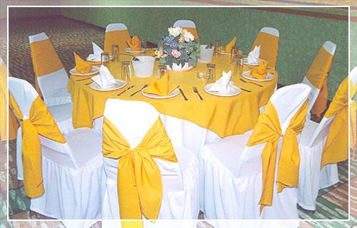 Mesa redonda con manteles amarillos mesa redonda para for Manteles para mesa