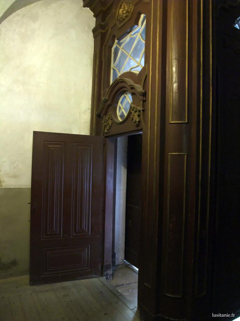 Entrée, en bois de l'église
