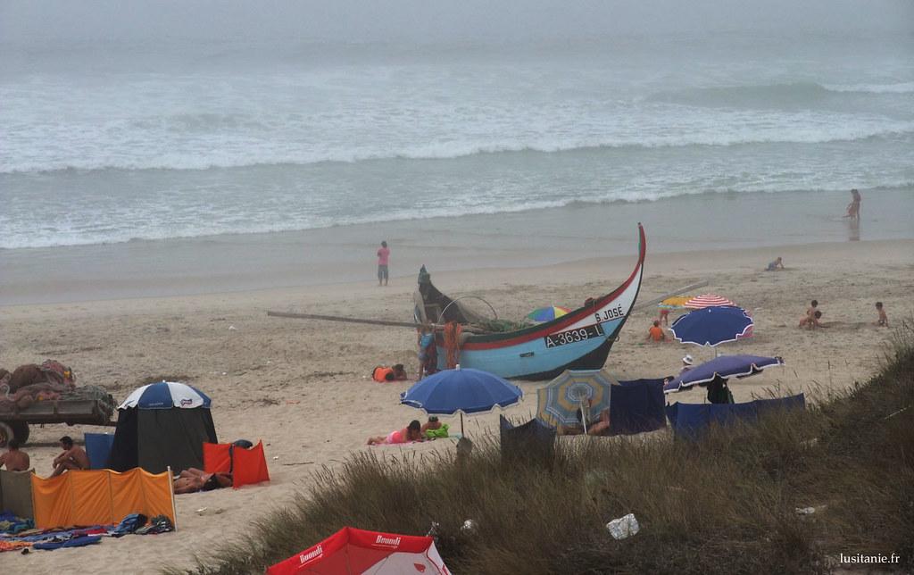 Le petit bateau de pêche sur le sable de la plage témoigne de cette activité toujours vivante