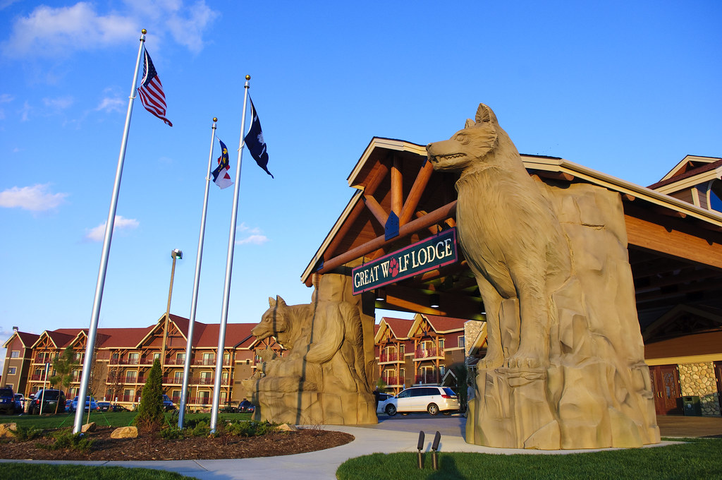 Getaways MARKET PICK About Great Wolf Lodge Williamsburg. Property Location With a stay at Great Wolf Lodge Williamsburg in Williamsburg, you'll be close to Williamsburg Premium Outlets and Colonial Heritage Golf Club.
