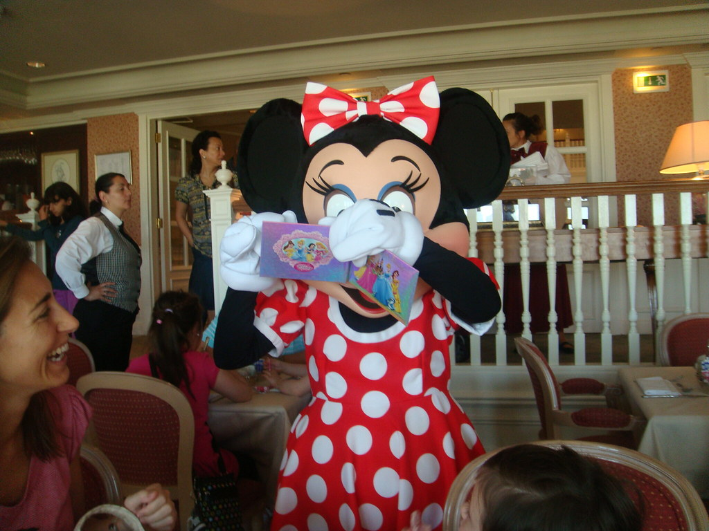 Hotel disneyland paris minnie firmando en el lounge del for Chambre castle club disneyland hotel