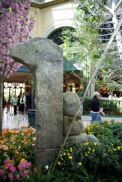Statue and fountain in the botanical gardens at bellagio for Garden statues las vegas nv