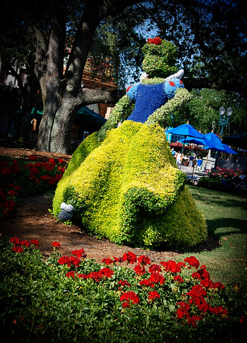 Snow White topiary 9140 | by I Should Be Folding Laundry