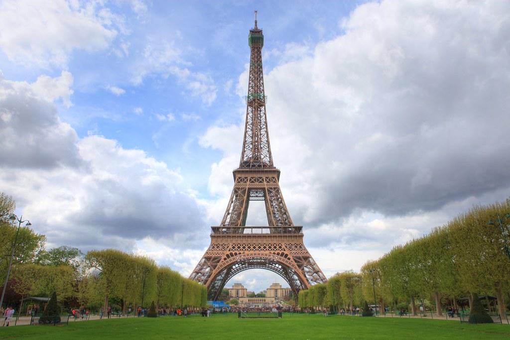Eiffel tower paris eiffel tower front view everyone for E mobilia paris