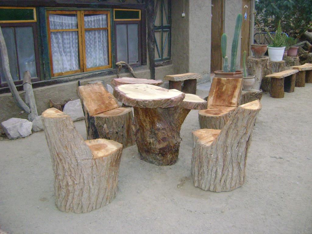 Muebles rusticos de troncos mesa de tronco y rodajas con for Muebles rusticos de madera