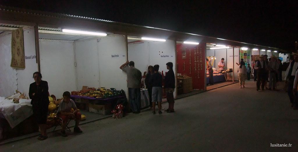 Alignement des baraques, avec chacune une activité, un petit commerçant ou artisan