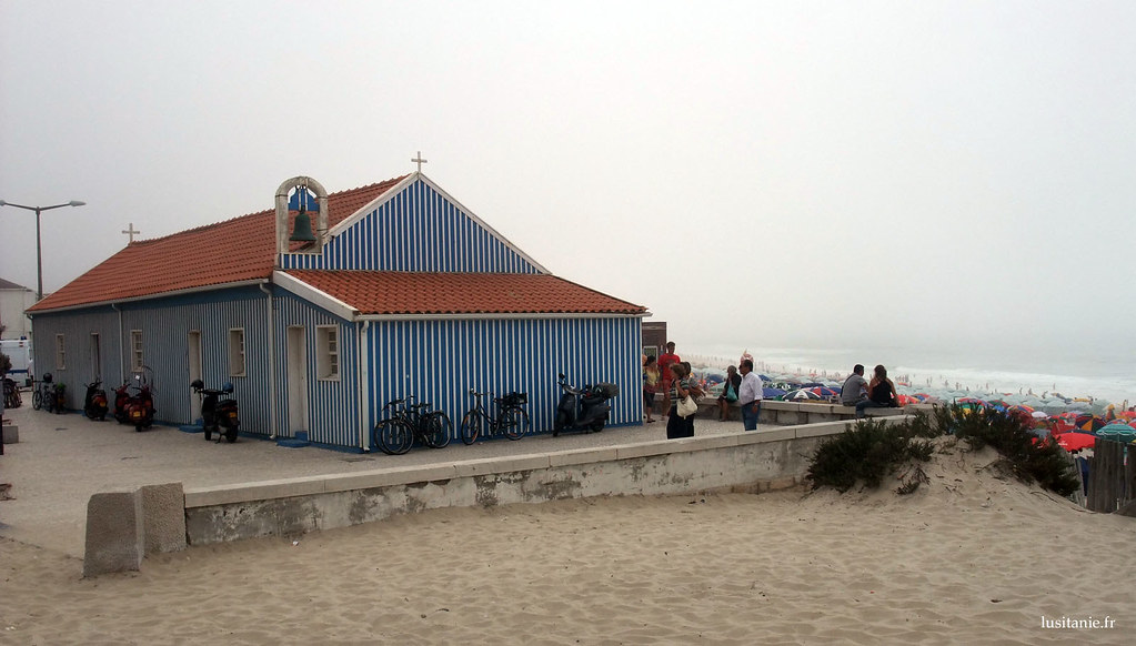 Chapelle en bois de la plage de Mira, avec vue sur locéan