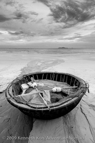 Vietnamese round fishing boat vietnamese round fishing for Round fishing boat
