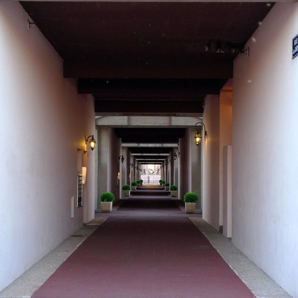 les arcades du lac 4 vue du couloir qui traverse le. Black Bedroom Furniture Sets. Home Design Ideas
