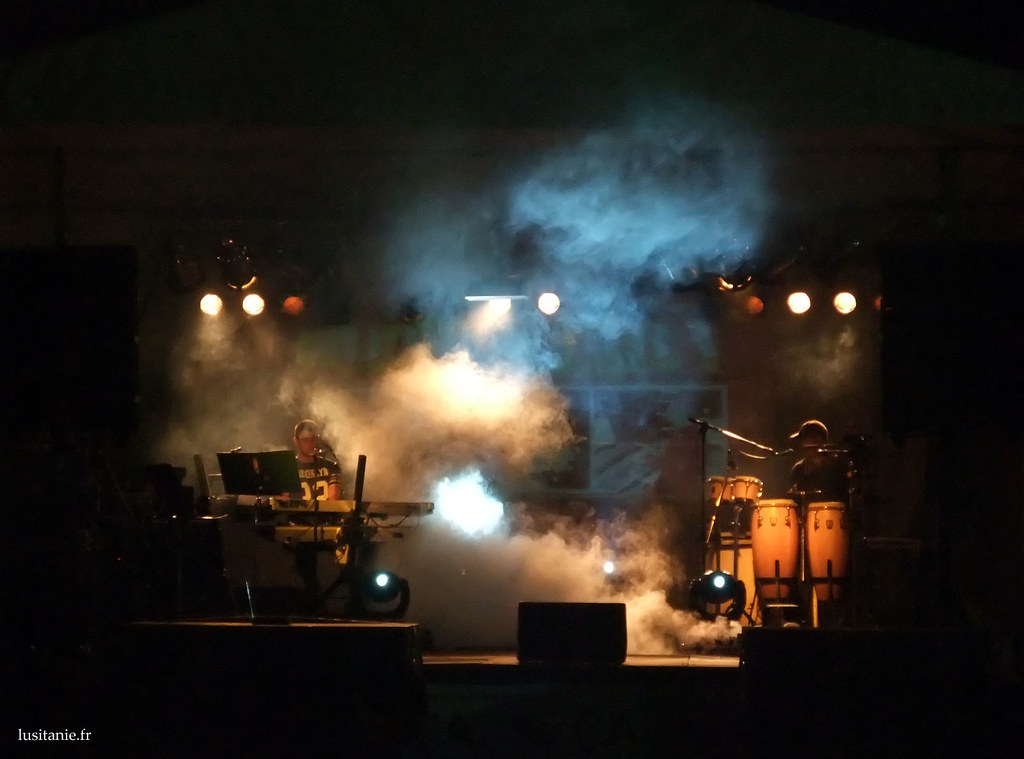 Vers minuit et des poussières, place à la jeunesse, avec fumée, sons et lumières
