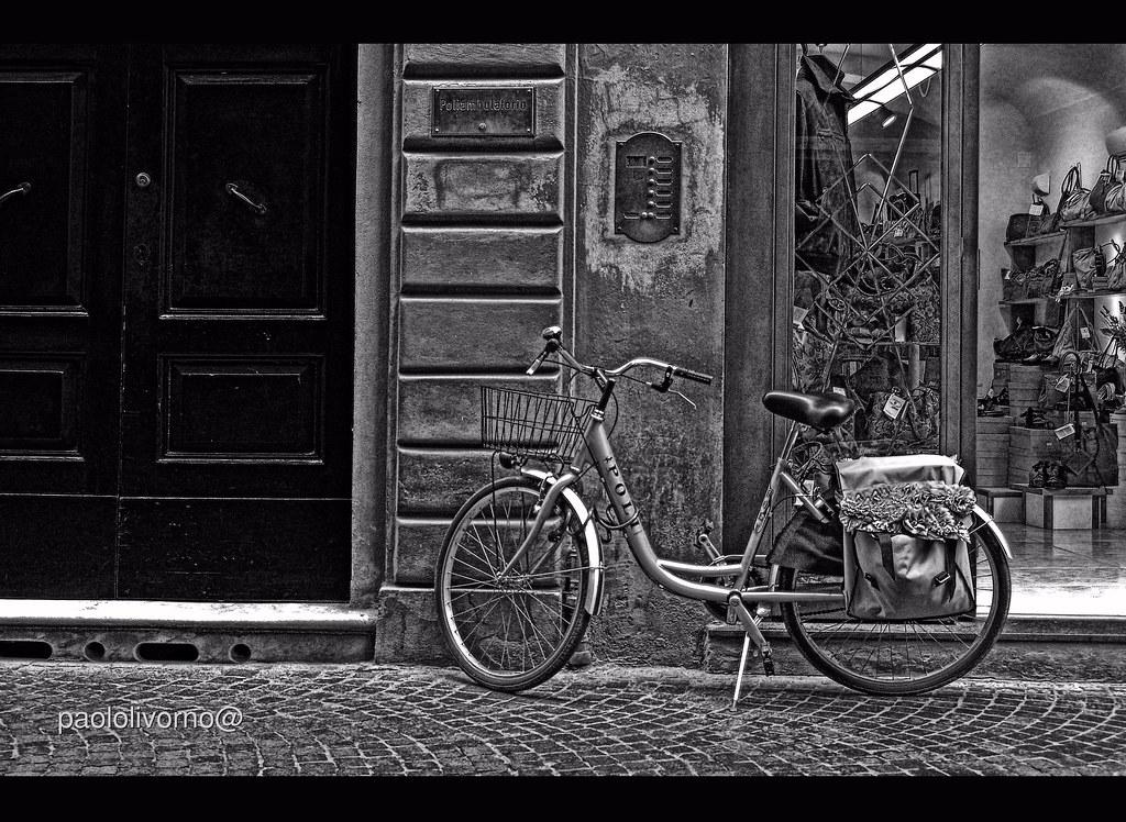 lucca via fillungo, bike  E la via più animata e ...