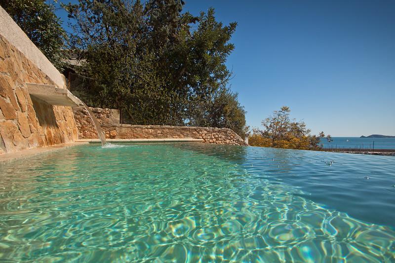 Cascada piscina piscina desbordante con gresite en color for Gresite piscinas colores