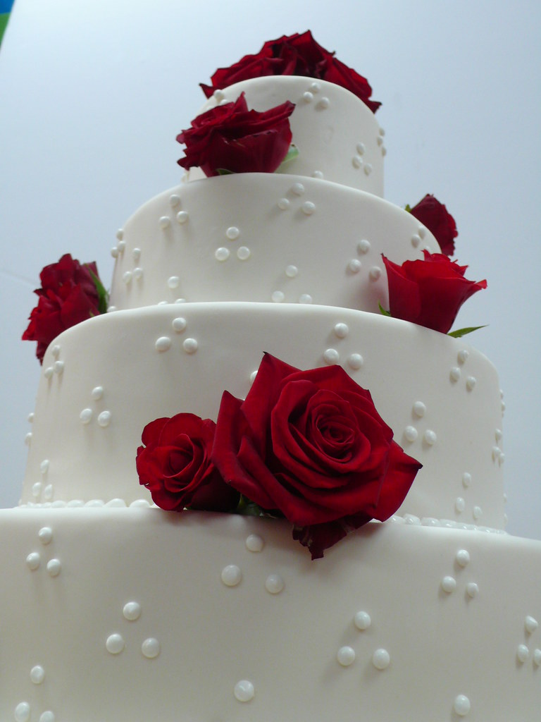 red roses white wedding cake 1 these roses were so beautif flickr. Black Bedroom Furniture Sets. Home Design Ideas