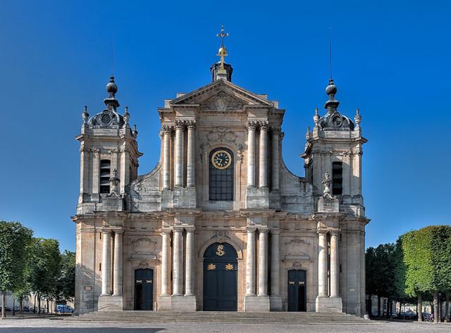 Exterior da Catedral São Luís de Versalhes
