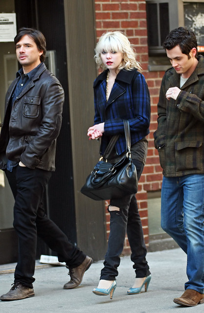 taylor momsen penn badgley matthew settle on the set of