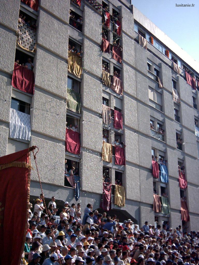 Toutes les fenêtres sont décorées pour le Cortège