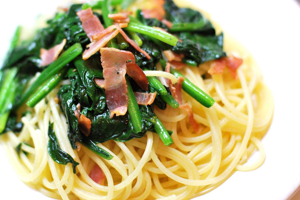 spaghetti of crispy bacon and spinach