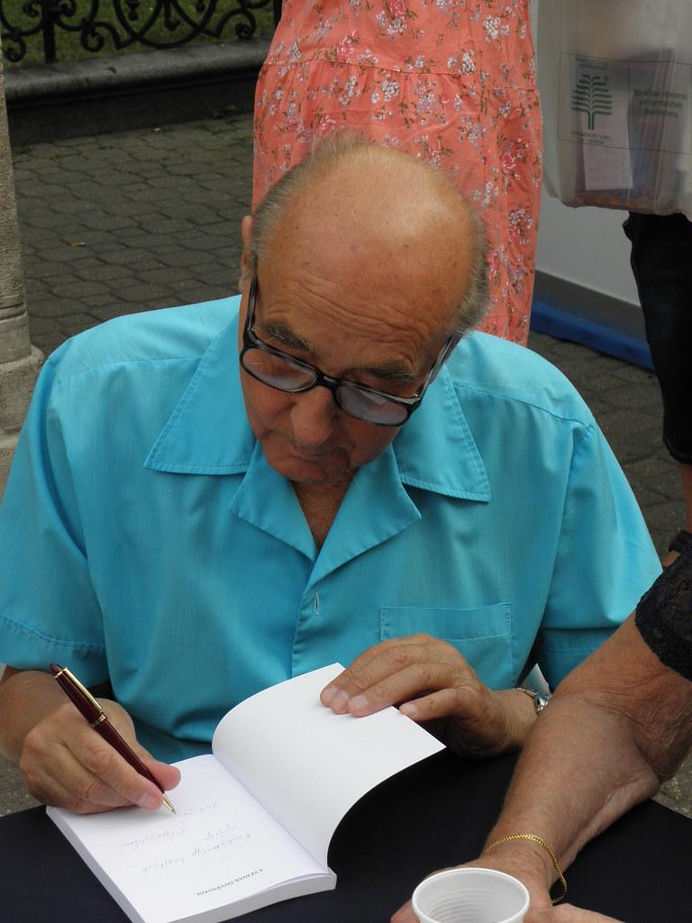 Az Ünnepi Könyvhéten dedikáló író