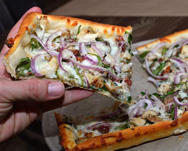 Pizza de masa cuadrada del restaurante Rizzo's