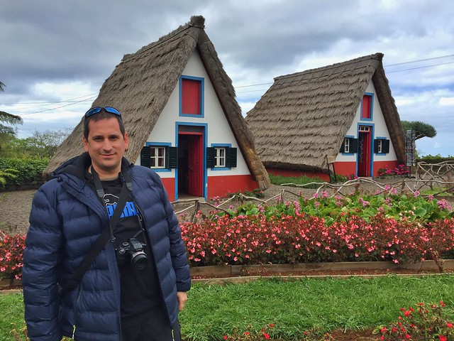 Sele en Santana (Madeira), delante de las casas típicas de la isla