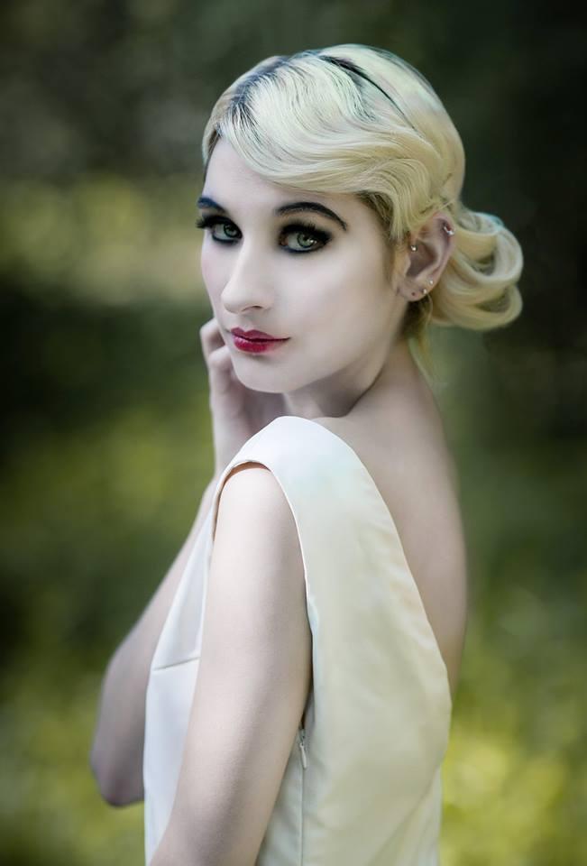 Rosée, avec coiffure et maquillage d'inspiration Gatsby