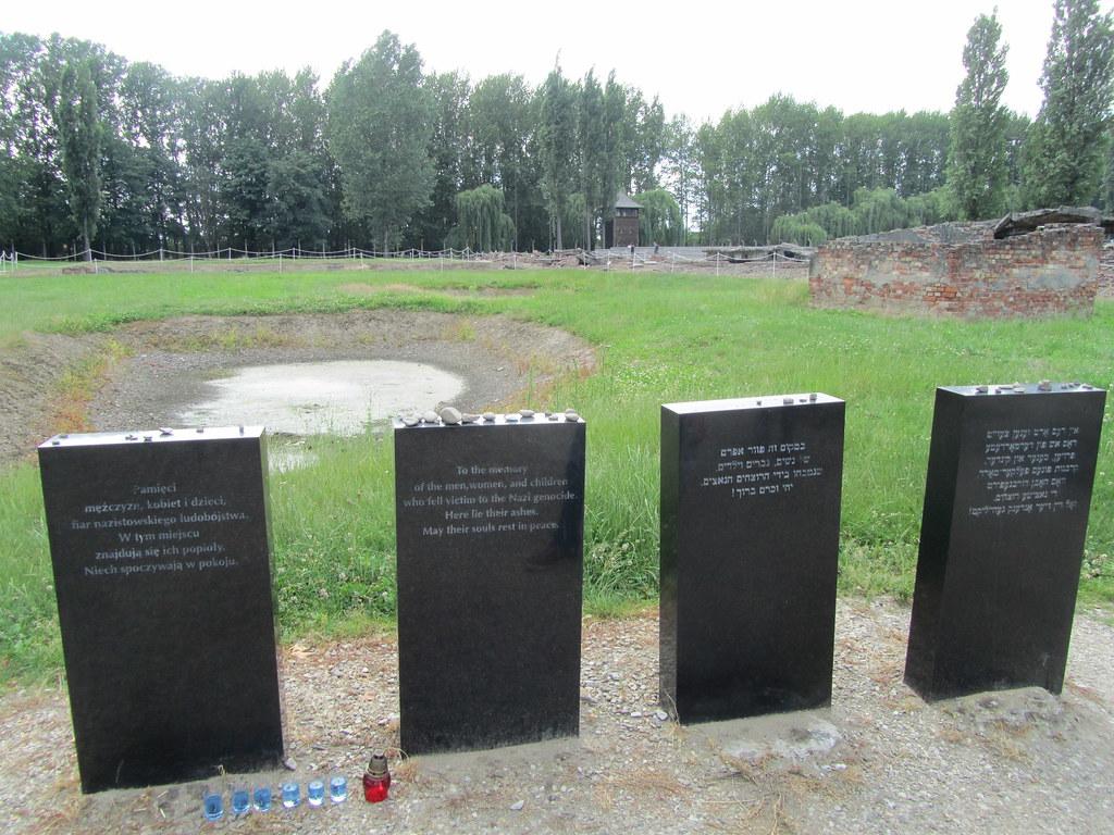 Lapidas en recuerdo de los más de 1.000.000 de personas que fueron incineradas en Auschwitz Birkenau