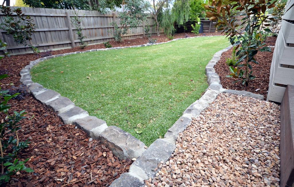 Bluestone edging supreme green landscaping supreme for Gardens edge landscaping