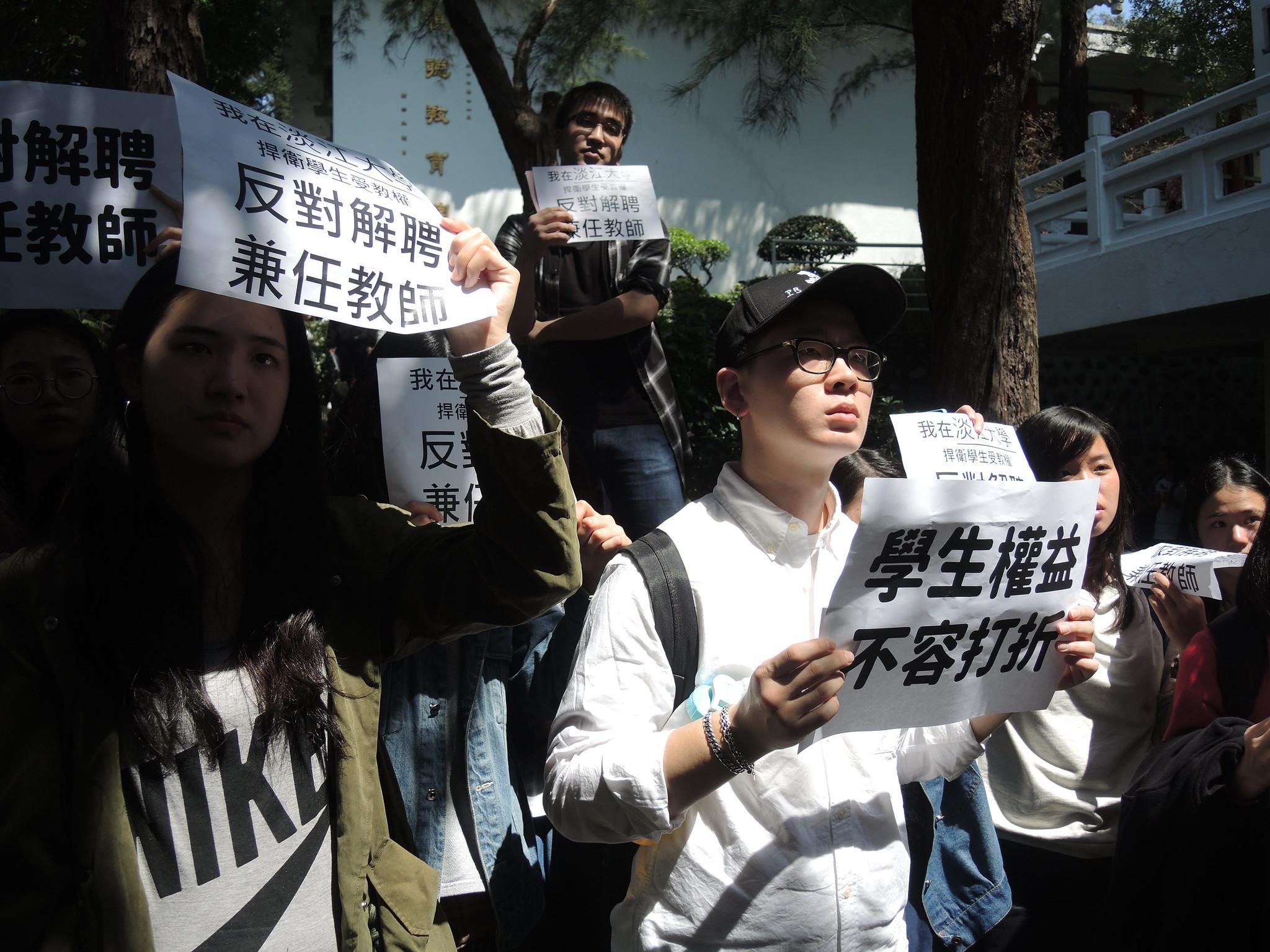 眾多學生聚在行政大樓前,要求學校給出回應。(攝影:曾福全)