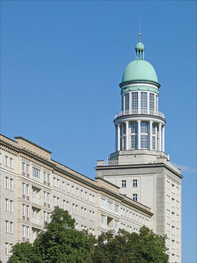 La porte de francfort berlin une des deux tours de la for Architecte 3d wikipedia