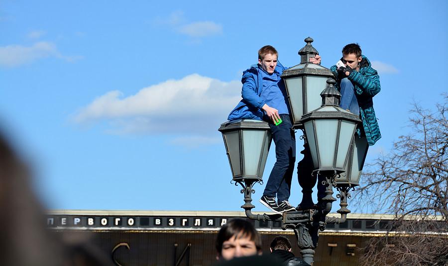 Школьники во время митинга залезли на фонарь