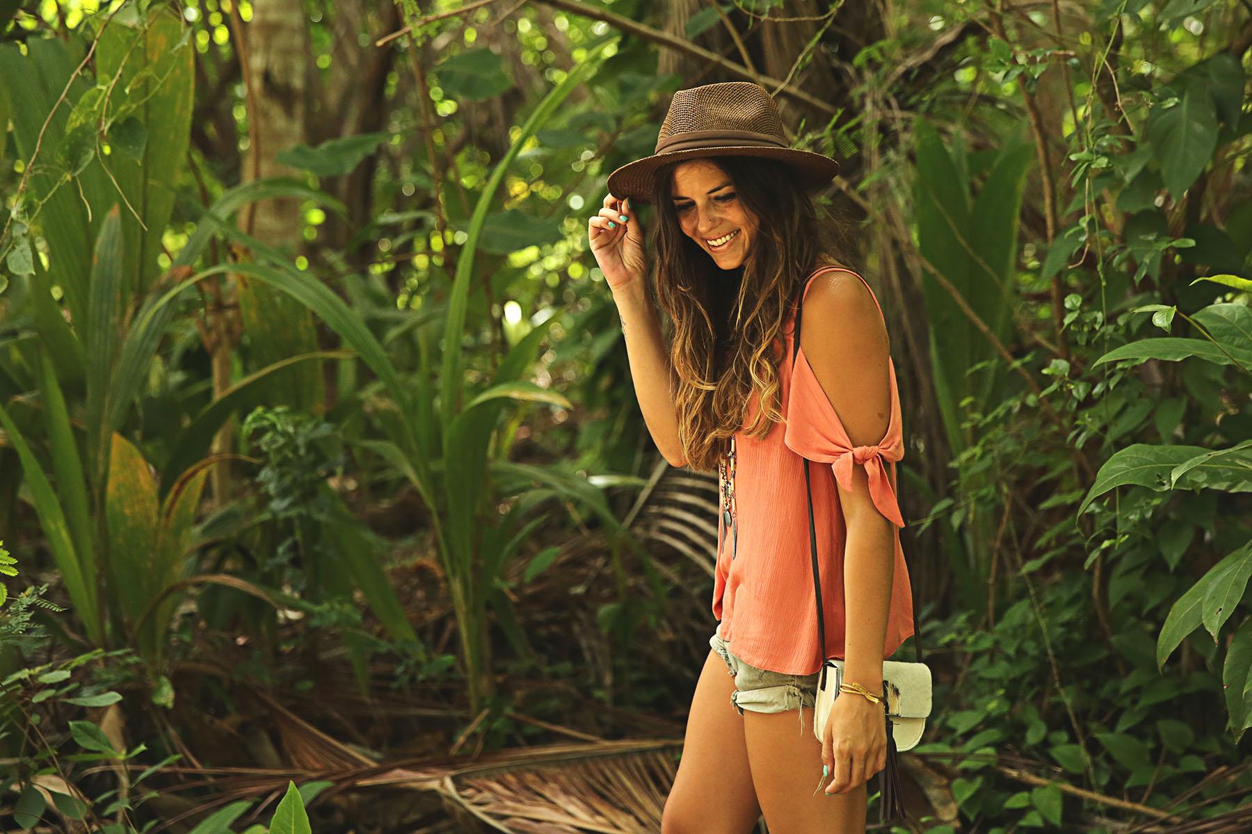 trendy-taste-look-outfit-street-style-ootd-blog-blogger-fashion-spain-moda-españa-boho-hippie-verano-birkenstock-bavaro-barcelo-khaki-caqui-shorts-sombrero-top-7