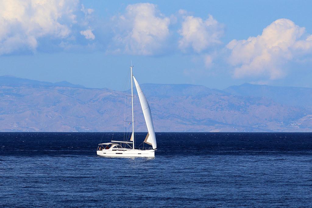 Una barca a vela sul mare di giardini naxos sullo sfondo flickr - B b giardini naxos sul mare ...