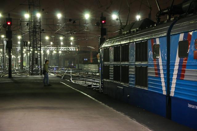 Platform of Moskovsky railway station at night, Saint Petersburg, Russia サンクトペテルブルク、夜のモスクワ駅ホーム