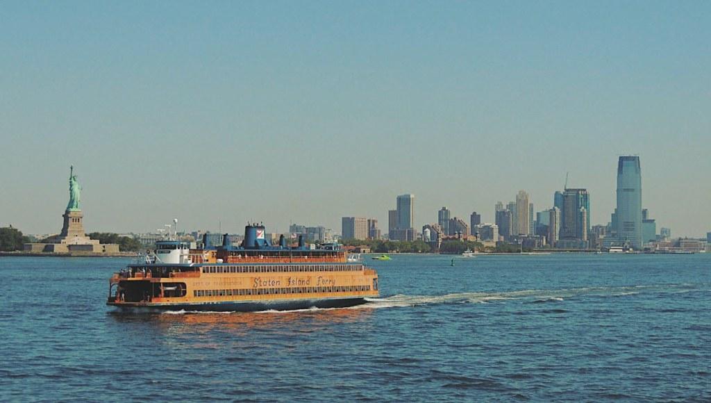 Estas são as vistas para a Estátua da Liberdade e para o skyline de Manhattan a partir do ferryboat.