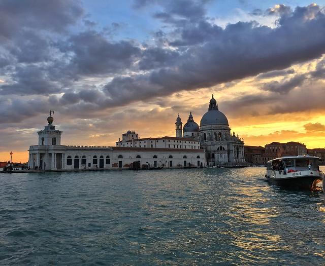 Vaporetto con Santa Maria della Salute al fondo (Venecia)